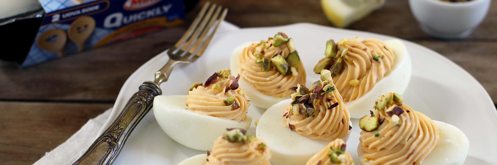 uova ripiene con salmone, formaggio fresco e pistacchi