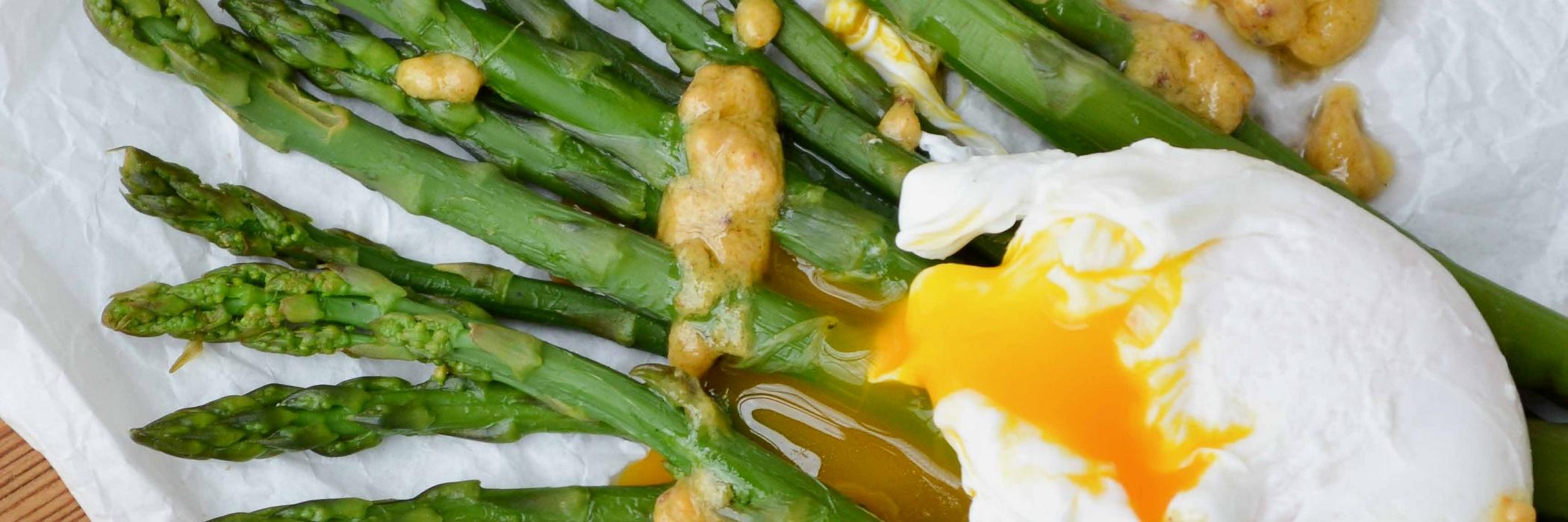 Asparagi con uova in camicia