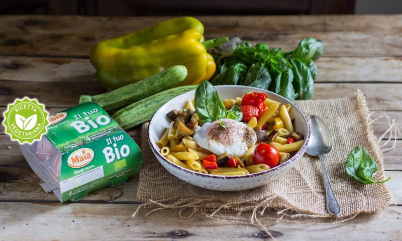 Pasta fredda con caponatina di verdure e uova poche